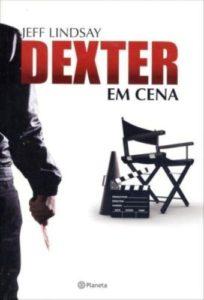 Delfos, Dexter em Cena, Capa